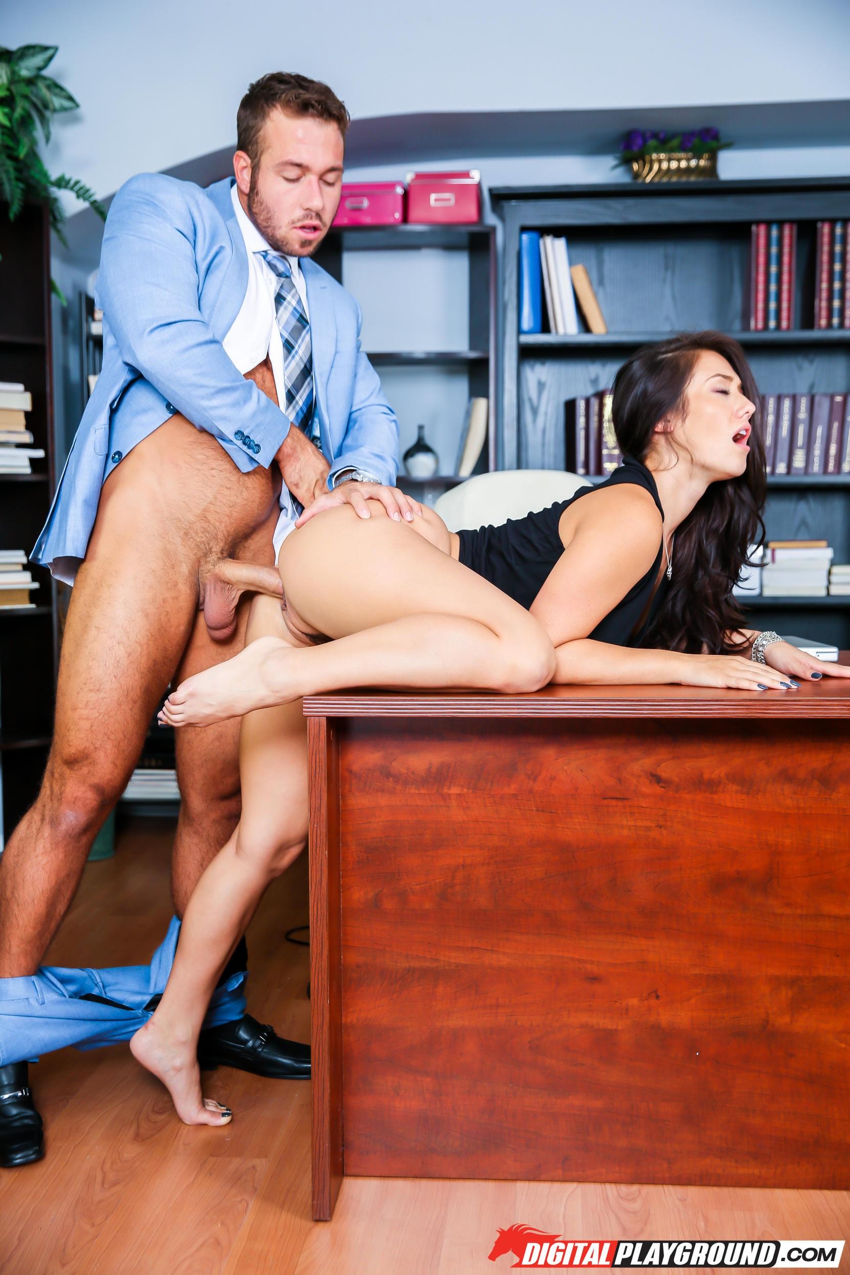 Босс жестко трахнул скромную секретаршу прямо на работе